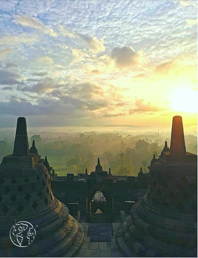 世界遺産ボルブドゥールからの朝陽