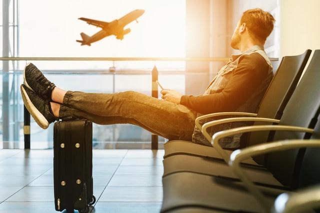 フライトの減便で乗り継ぎ時間と待ち時間が長時間化