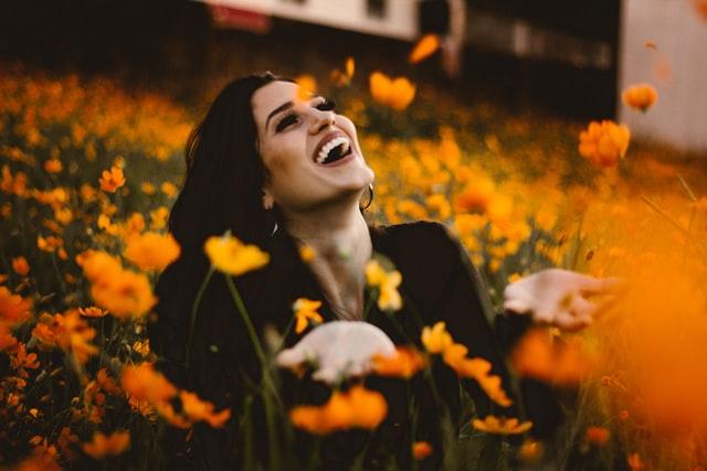 明るい花のような笑顔の女性