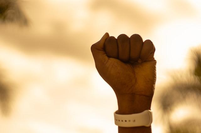 声を上げる人の手
