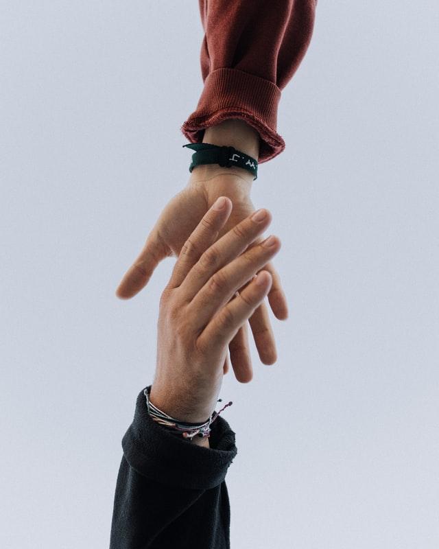 握手の手を放す