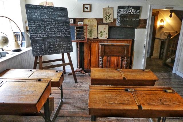 机が並ぶ教室