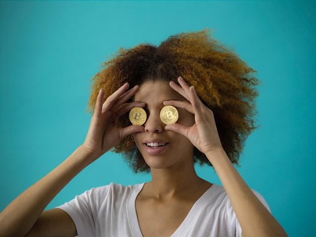 ビットコインを持つ女性